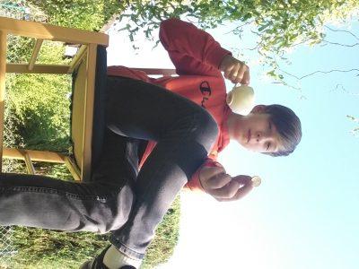 """Embsen, IGS Embsen, Das Bild zeigt das englische Ritual """"Teatime"""" und außerdem hat der Junge (ich) einen Pound in der Hand."""