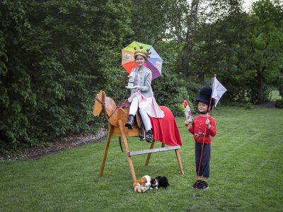 Besuch bei der Queen... wegen Corona nur zuhause bei uns im Garten nachgespielt. Meine Eltern konnten meinen Bruder begeistern, einen royal guard zu spielen. Eine Tasse Tee und die welsh Corgis sind auch dabei. Ich gehe auf die OBS Bad Zwischenahn in die 5. Klasse.
