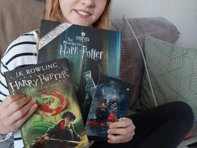 Stadt: Düsseldorf Name: Leibniz-Montessori-Gymnasium Mein Kommentar: Alle Sachen auf dem Bild sind aus London, als wir eine Harry Potter-Tour gemacht haben. Das Foto vom Hogwarts-Express und das größere Buch sind aus den Harry Potter Studios. Das kleine grüne Buch ist aus einem Buchladen in London.