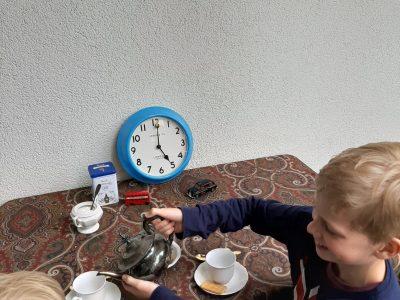 """Düsseldorf, Max-Planck-Gymnasium Mein Bild zeigt """"Five o'clock  tea time"""" mit meinem kleinem Bruder."""