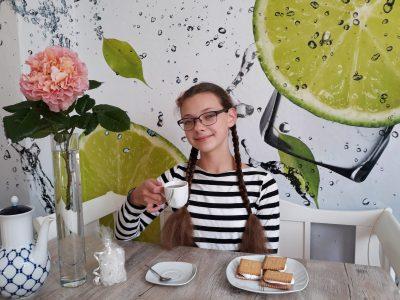 Wilhelmshaven NGW  Schönes Mädchen geniest ein Teetässchen wie in England