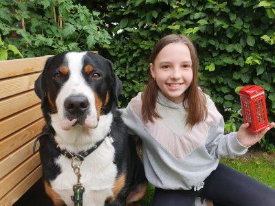 """Stadt: Verl Gymnasium Verl, 5b Name: Charlotte Kipshagen  Dieses Foto zeigt mich mit meinen Hund Max und mit einer """"British Telephone Box"""" als Spardose, die mein Bruder mir von seiner London Klassenfahrt mitgebracht hat :)"""