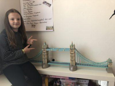 Werratalschule Heringen 5G1   Leni mit der Tower Bridge, selbst zusammen gepuzzelt