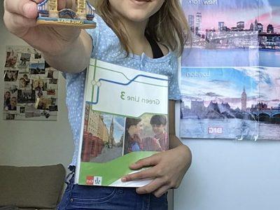 BERLIN SVEA VOIGT HUMBOLDT—GYMNASIUM Ich war letztes Jahr in London, woher dieses Souvenir auch stammt. Es war ein unbeschreiblich schöner Urlaub, weshalb ich es eine schöne Idee fand, es auf das Foto zu nehmen. Auch das Plakat hängt in meinem Zimmer, weil ich London super schön finde. Dazu habe ich mein Englischbuch genommen, weil ich es klasse finde im Englischunterricht auch etwas über die Historische Geschichte zu lernen.