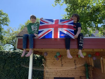 Das sind mein Bruder Simeon und ich auf dem Dach unseres Gartenhäuschens, wo wir uns freuen, die Big Challenge geschafft zu haben. Viele Grüße aus Lippstadt, Ruben Krautscheid 5a