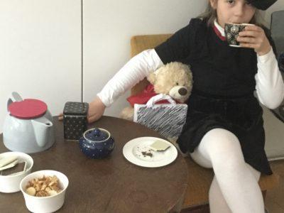 Berlin, Heinz Berggruen Gymnasium  Eine Tasse Tee, ein bisschen Gebäck, und? ...Na klar, da fehlt nur noch Paddington Bear! Enjoy!