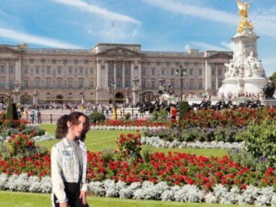 Sangerhausen/ Geschwister-Scholl-Gymnasium  I, Hanna Rudat, stand in front of Buckingham Palace. The Buckingham Palace is in London. There live the Queen Elisabeth II. and prinz Philip.