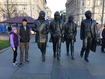 Theodor-Fontane-Gymnasium Strausberg Jennifer steht neben dem Denkmal der berühmten Beatles in Liverpool