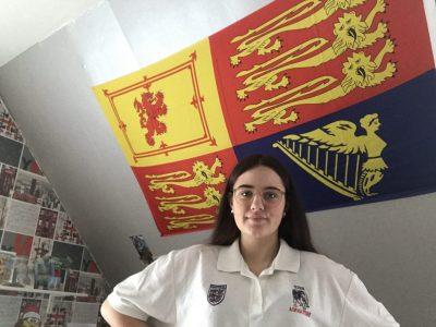 Schule: Gesamtschule Lotte-Westerkappeln Stadt: Westerkappeln  Hallo, mein Name ist Kelly-Louise Baxter. Auf dem Foto sehen sie die Flagge von der Königin aus Großbritannien. Außerdem trage ich ein T-Shirt, das ich von meinem Dad bekommen habe, weil er in Großbritannien geboren und aufgewachsen ist. Seit klein an bin ich mit zwei sprachen aufgewachsen.  Mit freundlichen grüßen!