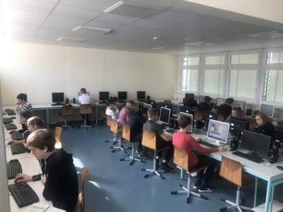 Henfling-Gymnasium Meiningen: Die Neuner absolvieren den Online-Test im Computerraum.