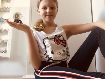 Jüchen,Gymnasium Jüchen   Ich habe dieses Oberteil ausgewählt,weil Hello Kitty aus London kommt.Dazu habe ich eine Hose in den Farben der Union Jack genommen.Als Accessoires hab ich eine Schneekugel aus England genommen und sie auf meiner Hand gut zum Vorschein gebracht.