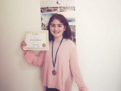 Solingen - Friedrich Albert Lange Schule (Nisa Polat 6a) Ich hatte bereits letztes Jahr am Wettbewerb teilgenommen, und es hat mir jetzt wieder sehr viel Spaß gemacht. Auf dem Foto sieht man meine Medaille und meine Urkunde. Ich bin mittlerweile ein Riesenfan von TheBigChallenge und freue mich schon auf meine weiteren Medaillen! ☺️