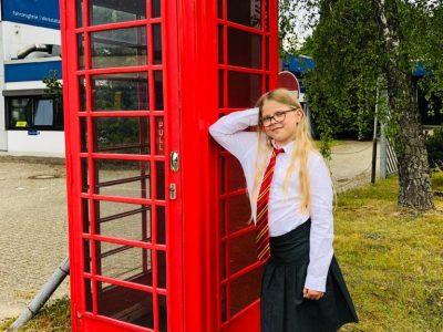 """KGS Rastede - In der Nähe unseres Wohnhauses steht diese tolle Telefonzelle vor einem Telefonladen. Ich habe einfach schnell eine """"Schuluniform"""" angezogen und schon war ich """"in London"""" :-)"""