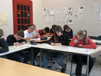 Herten - Städtisches Gymnasium. Die 7er sind fleißig beim Ausfüllen des Antwortbogens!