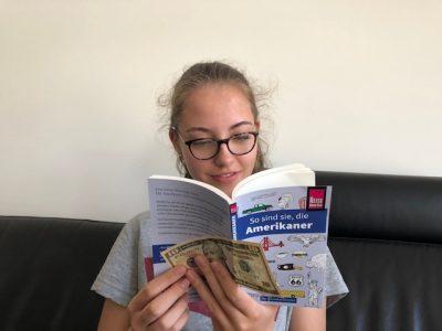 """Amelie Keienburg aus der 7c der Gesamtschule Uerdingen in Krefeld """"beim Lesen erwischt"""" ihrer Lektüre """"So sind sie, die Amerikaner"""""""