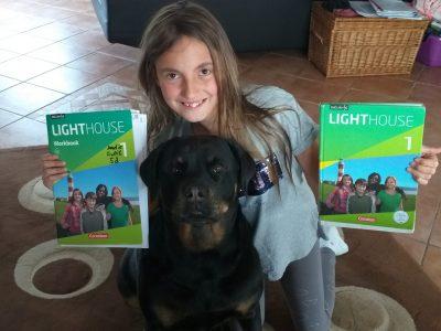 Reichshof, Gesamtschule Reichshof,  Das ist Amelie mit unserem Hund Fee, die hat bei dem Test ganz nahe bei ihr gelegen um ihr Glück zu bringen! :-)