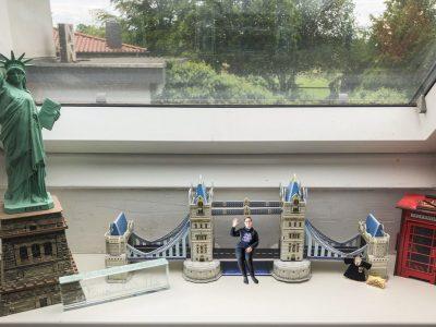 """Stadt: Syke         Schule: Gymnasium Syke   Klasse: 8bl Kommentar:  Ich war letztes Jahr mit meiner Klasse in Großbritannien und fand es super dort. Die Landschaft und die Städte sind wunderschön und das Land hat eine unglaublich interessante Geschichte. Ich bin außerdem ein riesiger Harry Potter und Doctor WHO Fan und ich lese am liebsten britische Schriftsteller. Das Bild zeigt nur ein paar Dinge, die ich mit dem Wort """"Englisch"""" verbinde, aber ich hoffe es kommt gut an."""