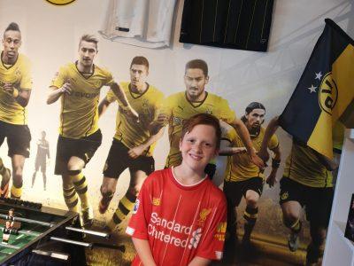 Mein Name ist John- Luca Stiehler  in gehe in die Kreisrealsche Gelnhausen.   Ich bin Großer Borussia Dortmund Fan  aber schaue gerne Liverpool beim Siegen zu.