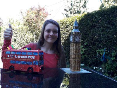 Zwei Sehenswürdigkeiten, die jeder sofort mit England verbindet. Die roten Doppeldeckerbusse in London und der Big Ben . Viscardi Gymnasium, Fürstenfeldbruck