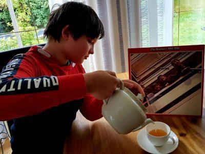 Wiehl Dietrich-Bonhoeffer-Gymnasium Ich im Homeschooling,mach gerade Pause mit einer Tasse Tee und höre mir die Beatles an.