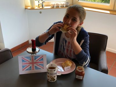 IDSTEIN   PESTALOZZISCHULE  Kommentar: Ich liebe England und war schon mit 3 Jahren dort. Die Scones auf dem Foto sind selbst gebacken. Ich habe mir für das Foto sehr viel Mühe gegeben und hoffe das ich sie gewinne.