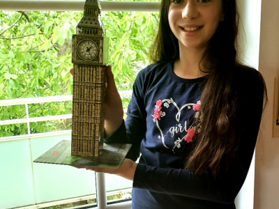 Stadt: München Schule: Städt. Thomas-Mann-Gymnasium Name: Leoni Arnold Foto: Ich finde es schön, dass der Big Ben in meinem Zimmer steht. So weiß ich immer, wie spät es ist.