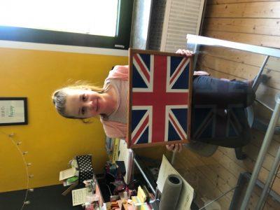 Meine Schule ist in Köln und der Name ist Kreuzgasse. Ich habe mir das Schoßtablett mit der  Englischen Flagge ausgesucht weil die Flagge England vertritt und ich darauf den Test durchgeführt habe.