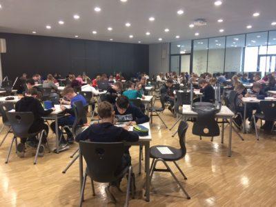 Dresden, Gymnasium Tolkewitz Die Big Challenge mit knapp 150 Schülerinnen und Schülern in der Mensa des Schulcampus Tolkewitz.
