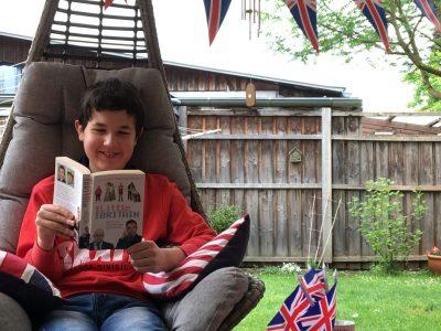 """Ingolstadt, Ludwig-Fronhofer-Realschule   Relaxing nach dem Big Challenge Test mit einem lustigen englischen Buch meiner Lieblingsserie """"Little Britain""""."""