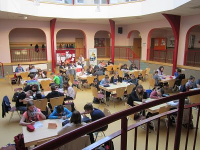 Name der Schule: Regionale Schule Krakow am See mit Grundschule Ort: Krakow am See  Seit vielen Jahren schon zur Tradition geworden. Ausgewählte Schülerinnen und Schüler der Klassenstufe 5 - 9 nehmen am BigChallenge Wettbewerb in unserem schönen Atrium teil. Toi, Toi, Toi.