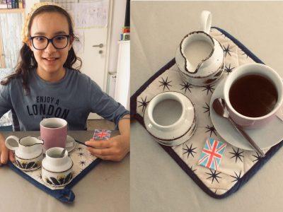 Leipzig Wilhelm Ostwald Gymnasium    Zur Teatime trinken Engländer Tee mit Milch und Zucker und englische Kekse .(Die waren aber schon leer )