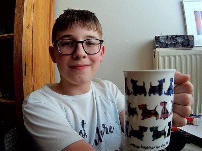 Mein Name: Marek Hofmann Stadt: Röthenbach an der Pegnitz Schule: Geschwister-Scholl-Gymnasium  Mein Kommentar: Diese Tasse ist vom Glasgow-Stand am Nürnberger Christkindlesmarkt und auf ihr sind Scotties (eigentlich Scottish Terrier) abgebildet. Ich mag diese Rasse sehr gern und daher gefällt mir diese Tasse auch sehr gut.