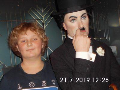 Königstein Taunusgymnasium  In London mit der Wachsfigur von Charlie Chaplin