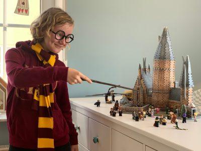 Stadt: Erfurt Name: Evangelisches Ratsgymnasium   Das bin ich mit einer 3D Nachstellung von Hogwarts. Der echte Name dieser Burg/Schloss lautet Alnwick Castle. Diese steht in London (England).