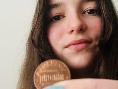 Düsseldorf, Comenius-Gymnasium Zoe Wagner 7a . Auf dem Foto halte ich ein ONE- CENT-STÜCK aus United States of  America. Er sieht dem Europäischen Cent sehr ähnlich.