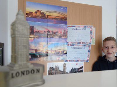 Gymnasium Adolfinum Moers Auf dem Bild ist im Vordergrund ein Big Ben Anspitzer und im Hintergrund Ich mit zwei Big Challange Urkunden und zwei Big Challenge Plakaten.
