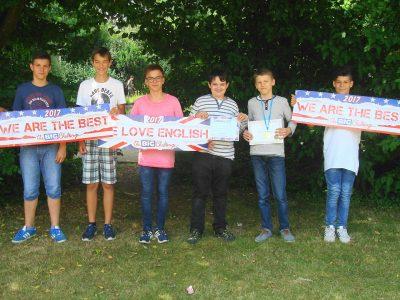 Hilden, Helmholtz-Gymnasium mit dem Gewinner des Jahrgangs 7
