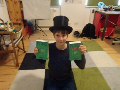 Erfurt,Lars Salzmann, Heinrich-Mann-Gymnasium  Ich war letztes Jahr im Urlaub in London und dort habe ich mir den Zylinder gekauft, welchen ich mir schon lange gewünscht habe. In London waren meine Ketnisse über die Englische Sprache sehr hilfreich und die beiden Pons Bücher im Bild haben mir dort auch weitergeholfen.