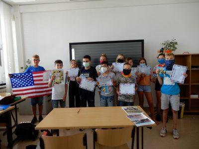 Klasse 6b des Kreativitätscampus Neubrandenburg mit dem Schulsieger dieser Altersgruppe.