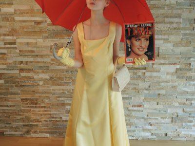 """Rastede, KGS Rastede  """"Die Queen beim Fotoshooting"""" - bei typisch englischem Wetter - und in der Hand eine Original-Ausgabe des (zwar amerikanischen) Magazines TIME, jedoch der Sonderausgabe zum Tod von Lady Diana aus dem Jahre 1997."""