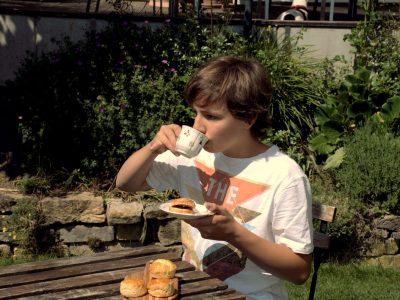 Karlsruhe, Markgrafen-Gymnasium Durlach Auf dem Bild sitze ich draußen im Garten an einem Tisch und  genieße  selbstgebackene Scones zu einer Tasse Britischem Tee.