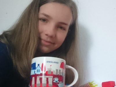 Ich komme aus Hannover und gehe auf die Leibnizschule Hannover. Ich habe mich für ein T-shirt mit Englischem Aufdruck und einen Karo Rock entschieden. Außerdem sind auf dem Bild drei Radiergummis mit englischen Abbildungen vorhanden. Dazu eine Tasse Tee : ) Wenn ich die Kamera gewinnen würde (was ich nicht glaube), würde ich sie meinem großem Cousin schenken der sehr gut fotografiert.