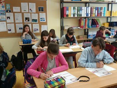 Schülerinnen und Schüler der Klassen 6a und 6b der Rosa-Luxemburg-Grundschule Potsdam (Brandenburg) beim Fighten.