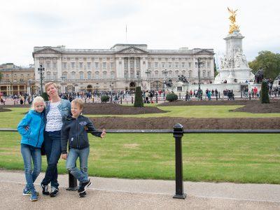 Erfurt:Königin-Luise-Gymnasuim  Auf dem Bild sieht man mich, meinen Bruder und meine Mutter, wie wir vor dem Buckingham Palace stehen... es ist zwar schon etwas älter, aber wir hatten dort trotzdem eine schöne Zeit zusammen verbracht!