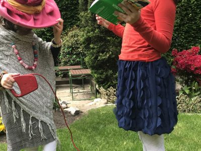 """HAMBURG, STADTTEILSCHULE NIENDORF  """"Dressed in the colours of the British flag, Dewi meets Queen Elisabeth II. and one of her Welsh Corgis."""""""