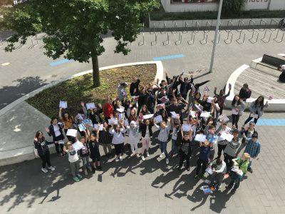 Viele glückliche Gewinner bei der Preisverleihung am Helmut Schmidt Gymnasium Hamburg.