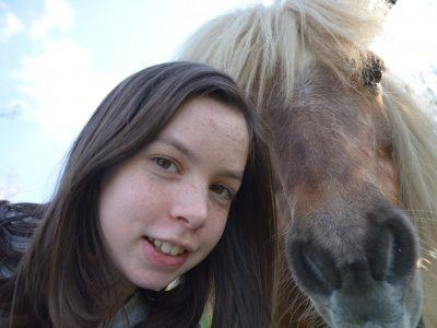 Heidelberg, Hölderlin Gymnasium.  Ich habe ein Bild mit einem süßen Pony hochgeladen weil es in Großbritanien viele Ponys gibt die sich frei auf den großen Wiesen bewegen dürfen!  Karen :)