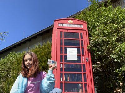 Ratingen(lintorf)  Kopernikus-Gymnasium(-lintorf) ( vor unserer londorner Telefonzelle mit £5 in der Hand