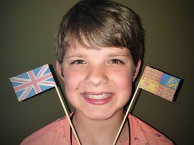 Hallo, mein Name ist Eddie Wernsmann, ich gehe in die 6. Klasse des Kopernikus-Gymnasiums in Rheine. Ich würde so gerne mal nach England, London fahren und gucken, ob die Queen da ist.  Weht die köngiseigene rot-gold-blaue Royal Standard-Flagge vom Dach des  Buckingham Palace, dann ist die Queen zu Hause, wenn nicht, dann ist der britische Union Jack gehisst.