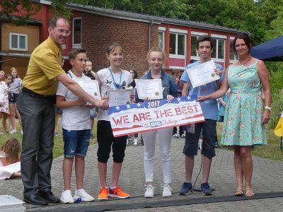 Beim Sommerfest des Franziskanergymnasiums Großkrotzenburg wurden die besten Teilnehmer beim Big Challenge geehrt.